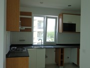 Продажа квартиры 1+1 20 угловая удобная кухня с окном над рабочей поверхностью, рабочая поверхность - гранит стар-галакси